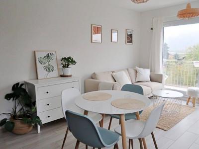 Magnifique appart meublé 2,5 p / 1 chambre / 1 SDB / balcon avec vue image 1