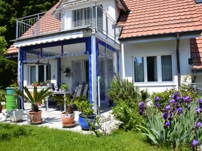 Attraktives Einfamilienhaus mit Garten am Bach und toller Weitsicht image 1