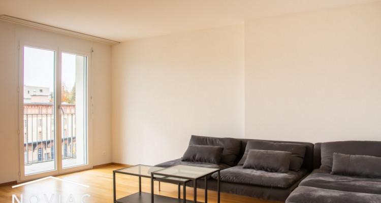 Splendide 3.5 pièces, moderne, en attique, avec balcon image 1