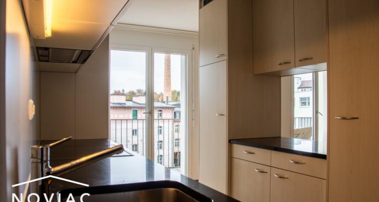 Splendide 3.5 pièces, moderne, en attique, avec balcon image 4