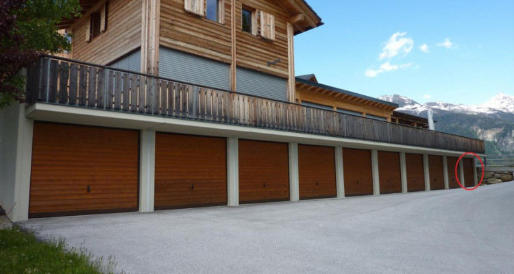 1 garage-box indépendants en PPE avec place de parc extérieur dune profondeur de env. 5.50 m devant chaque garage. Chaque PPE est indépendante, mais participe au frais de déblaiement des neiges et d image 1