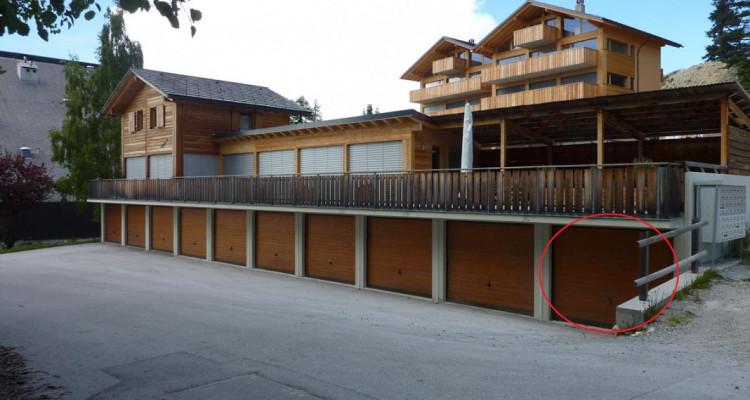 1 garage-box indépendants en PPE avec place de parc extérieur dune profondeur de env. 5.50 m devant chaque garage. Chaque PPE est indépendante, mais participe au frais de déblaiement des neiges et d image 2