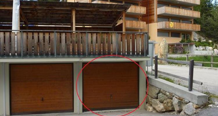 1 garage-box indépendants en PPE avec place de parc extérieur dune profondeur de env. 5.50 m devant chaque garage. Chaque PPE est indépendante, mais participe au frais de déblaiement des neiges et d image 3