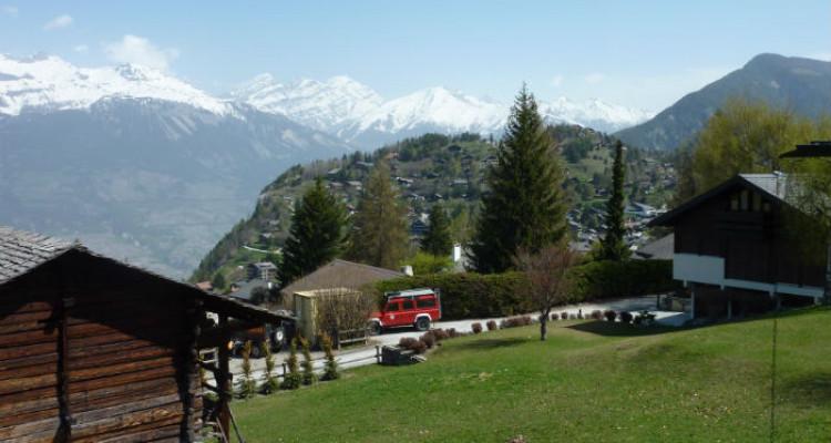 Situation : Magnifique chalet situé au lieu-dit Les Avouinsettes, excellent ensoleillement, vue imprenable sur les Alpes Bernoises et sur le village de Vercorin image 4