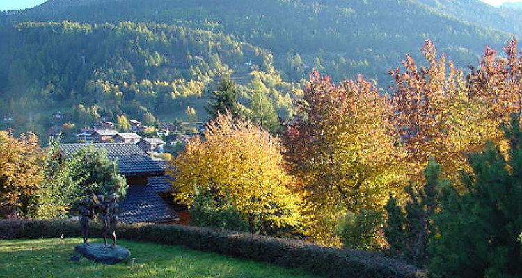 Situation: Spacieuse villa individuelle, en plein coeur du village de Vercorin, grand calme et magnifique vue dominante sur le Crêt du Midi et le village. Situation unique, proche de toute image 4
