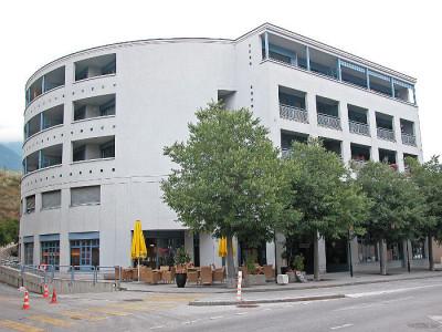 Construction : 1990<BR> Au rez-de-chaussée dun immeuble résidentiel proche des commodités. Limmeuble Pradec est une construction de qualité bien localisée au centre de Sierre, sur le front Nord de image 1