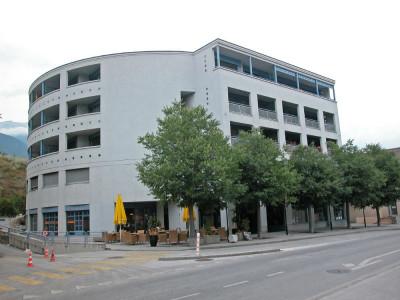 Année de construction : 1990<BR> <p style=text-align: justify;>Situation :<br /> Limmeuble Pradec est une construction de qualité bien localisée au centre de Sierre sur le front Nord de lavenue d image 1