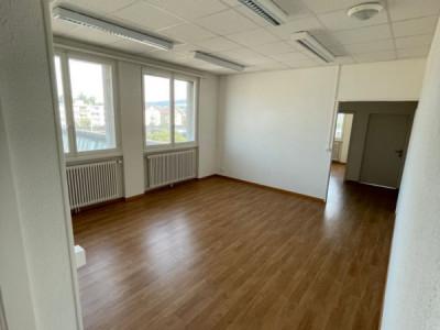 Beau local commercial rénové / 4 bureaux / 1 salle de bain  image 1
