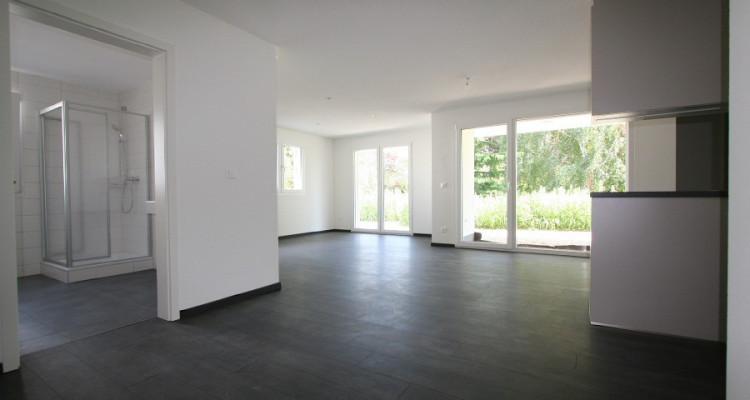 3,5 pièces rez, avec belle terrasse et 2 places de parc, dans immeuble neuf. image 2