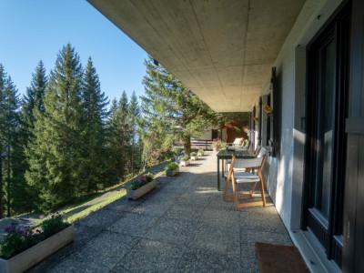Gryon Immo vous propose un spacieux 4 pièces proche des pistes avec une grande terrasse et une belle vue sur les montagnes image 1