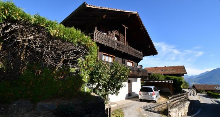 Chalet sympa avec magnifique vue, deux terrasses, un gran séjour avec cheminée image 2